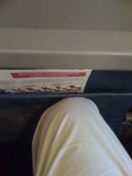 Узкий шаг кресел в самолете Боинг-737 АК