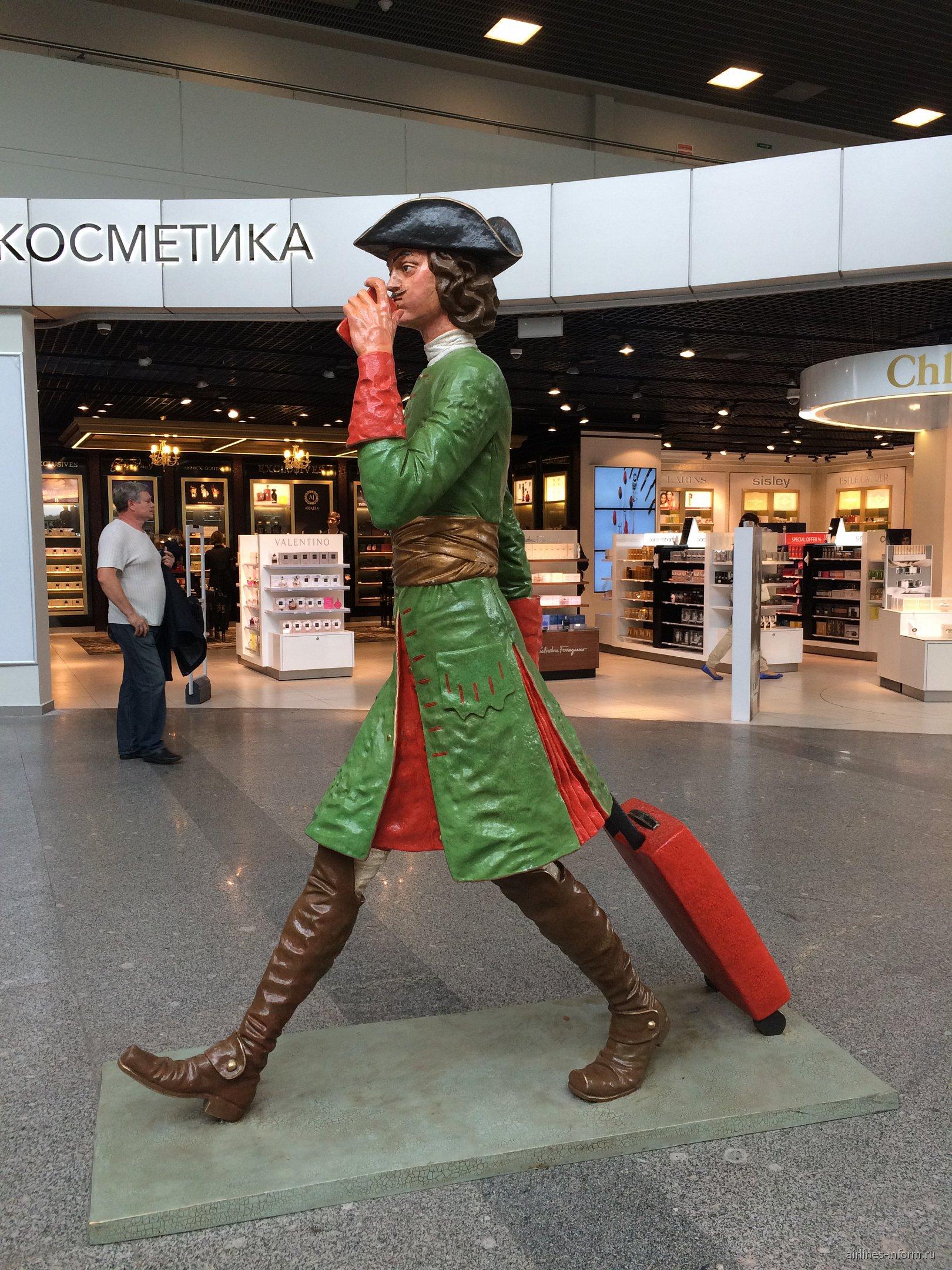 Скульптура Петра Первого в аэропорту Санкт-Петербург Пулково