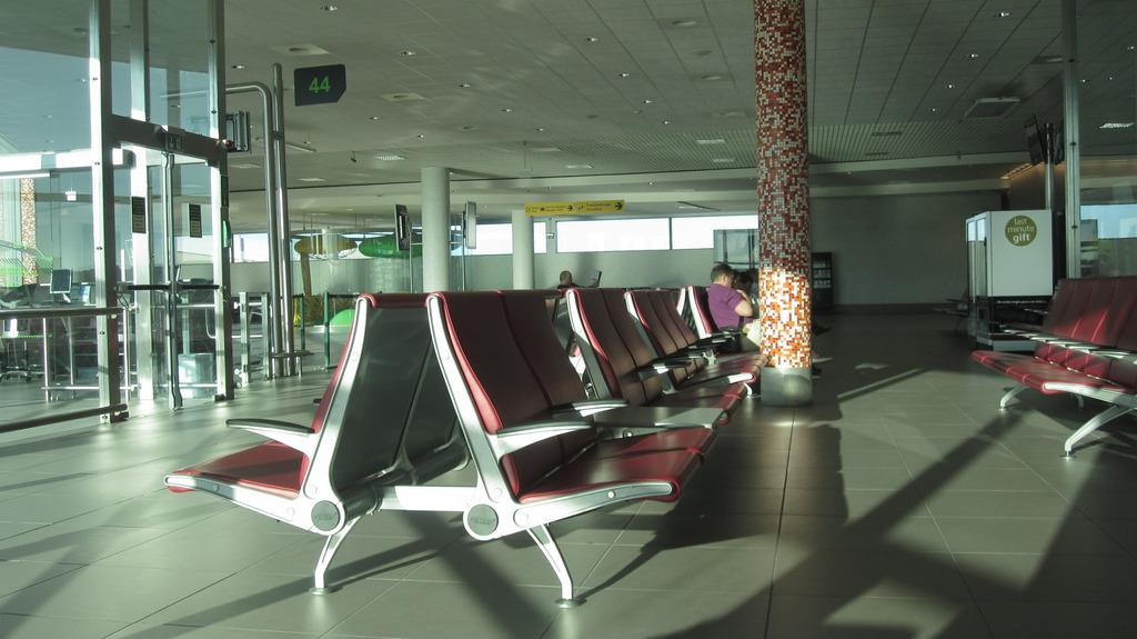 Зал ожидания в стерильной зоне аэропорта Лиссабон Портела
