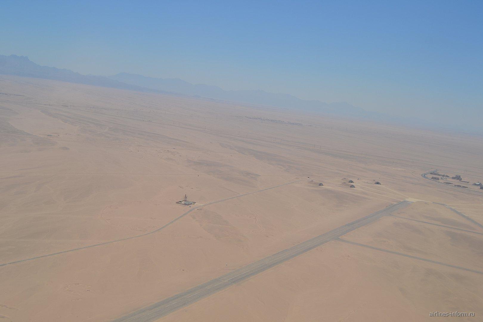 Пустыня при взлете из аэропорта Хургада