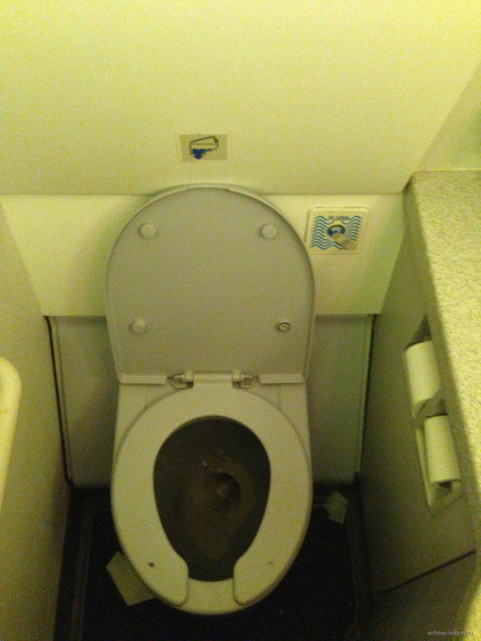 Туалет в самолете Airbus A321 авиакомпании Nouvelair