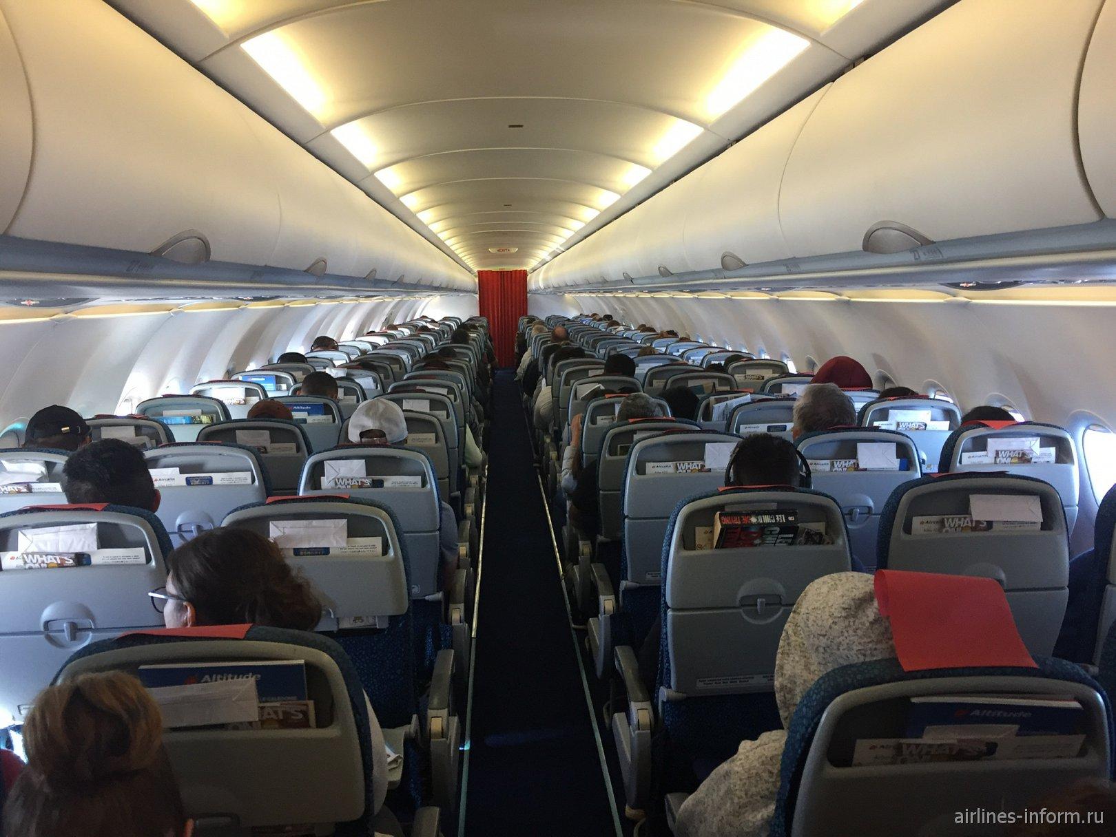 Пассажирский салона самолета Airbus A320 авиакомпании Aircalin
