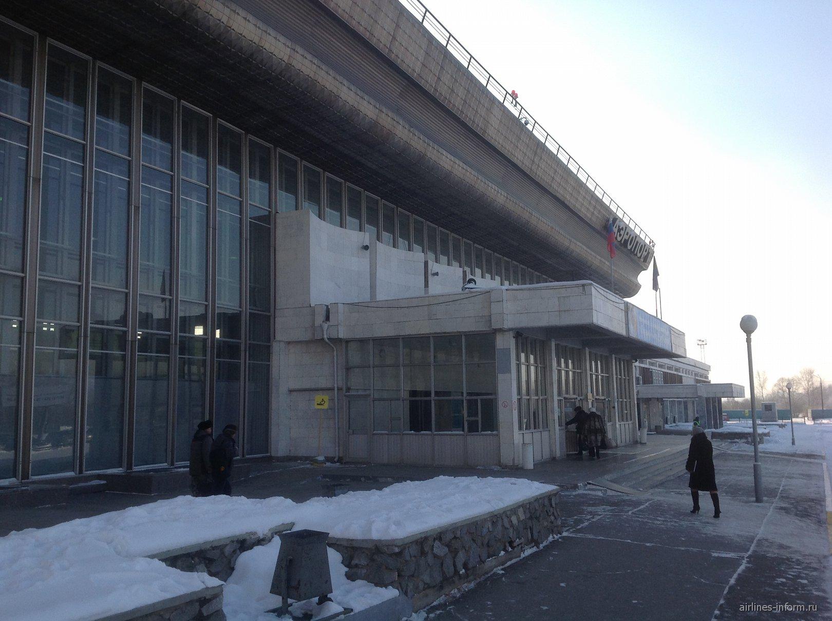Вход в аэровокзал аэропорта Хабаровска