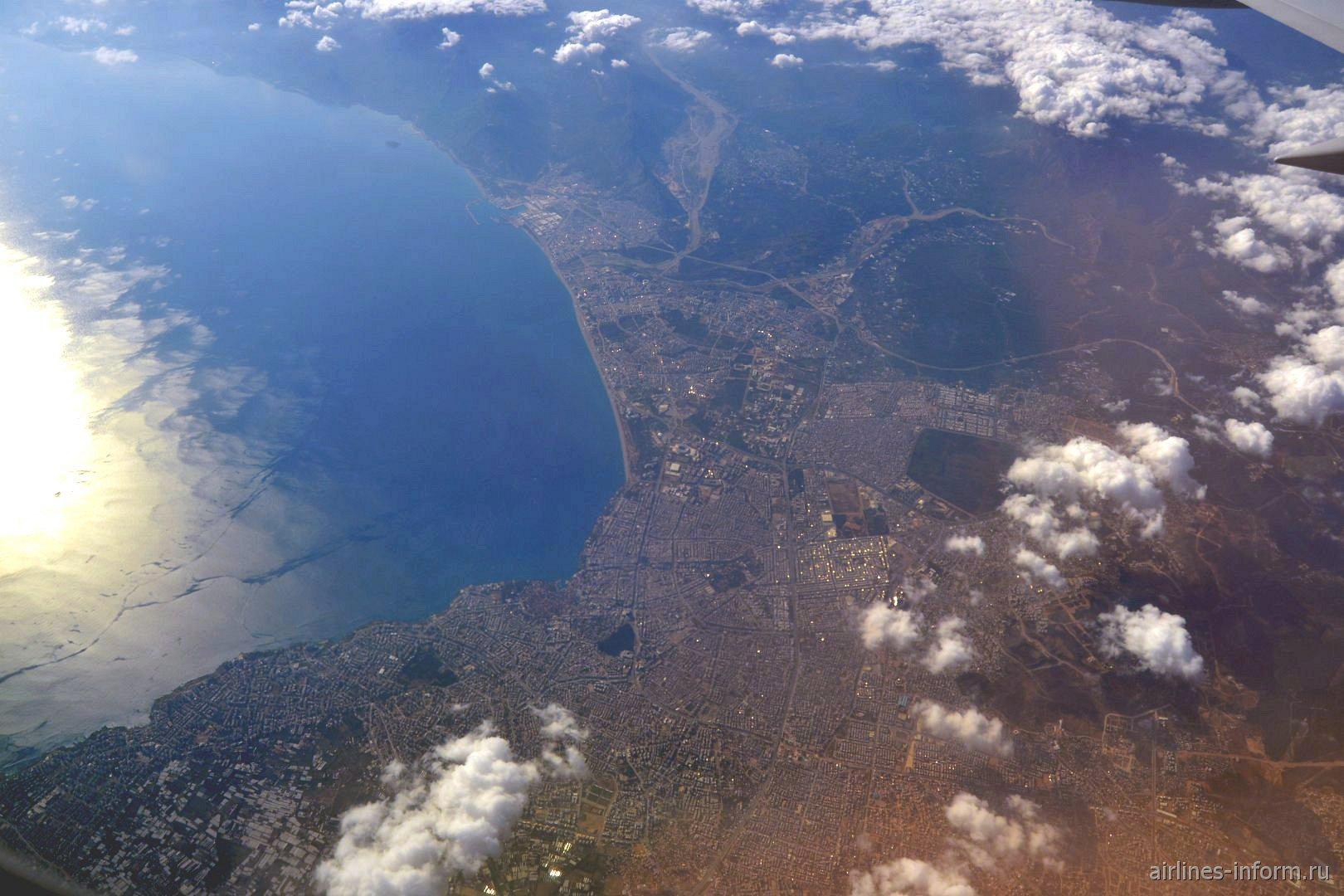 Вид из самолета на город Анталья