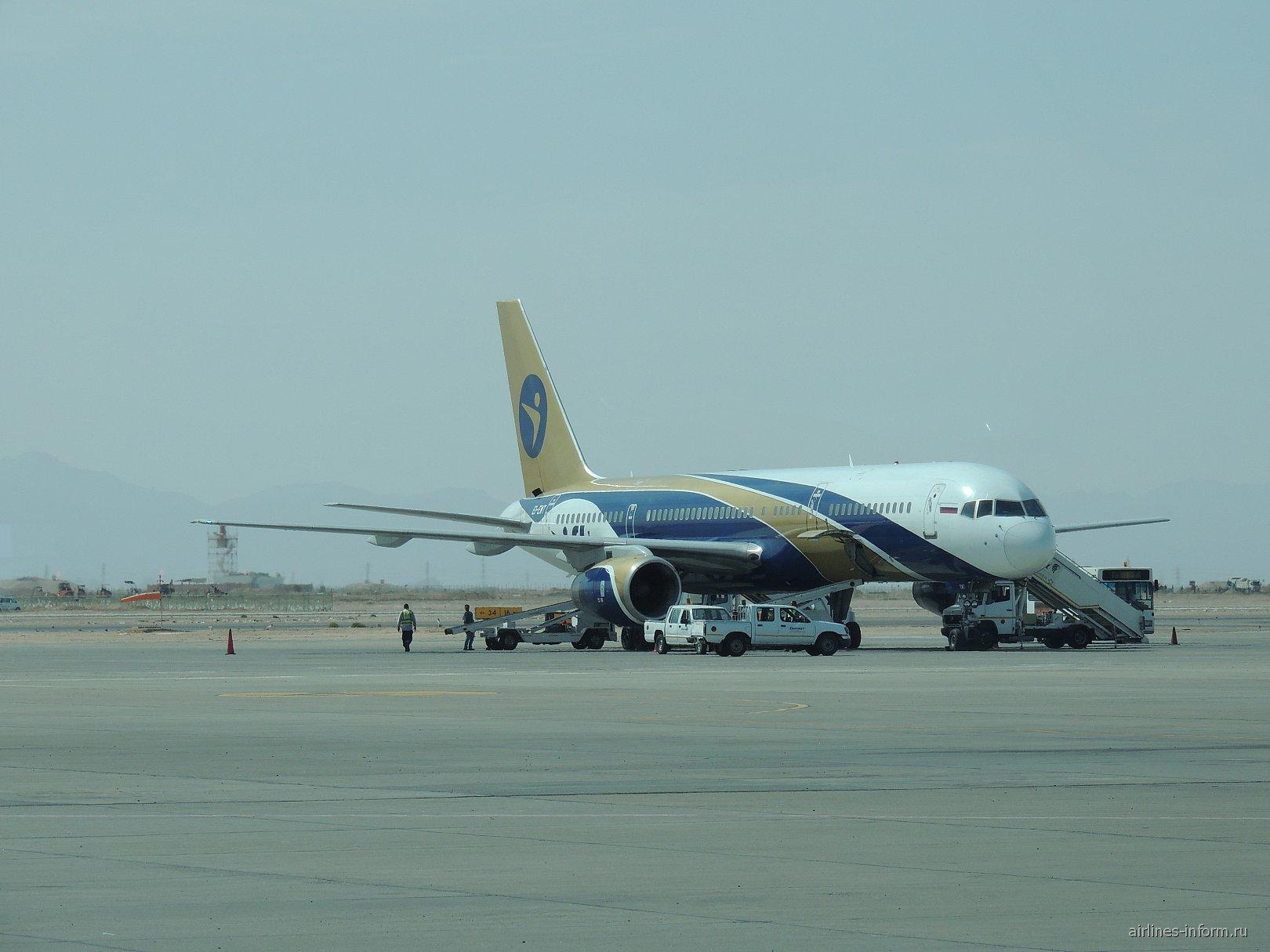 """Боинг-757-200 авиакомпании """"Ай Флай"""" в аэропорту Хургада"""