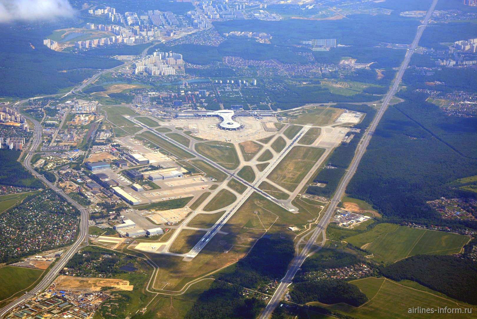 Вид сверху на аэропорт Москва Внуково после взлета