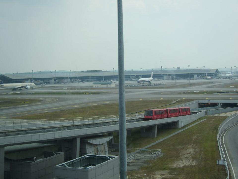 Вид на Терминал 2 и поезд-шаттл между терминалами аэропорта Куала-Лумпур