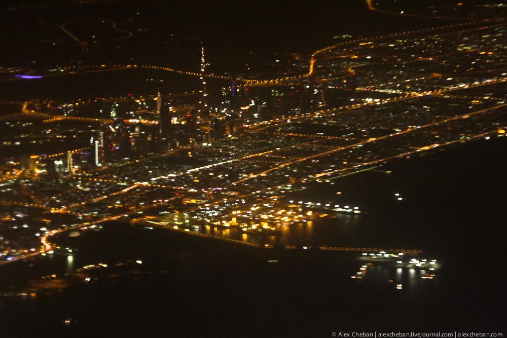 Вид на ночной Дубай с самолета
