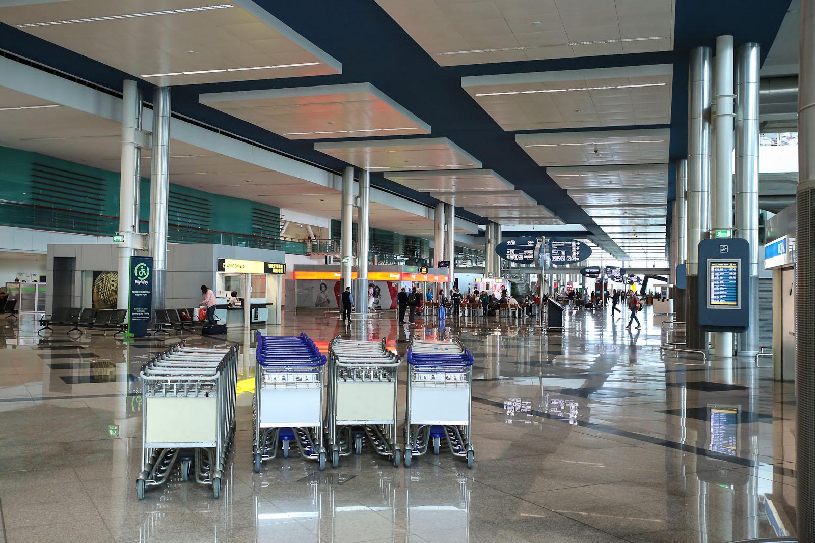 Зал прилета на первом этаже терминала аэропорта Порту