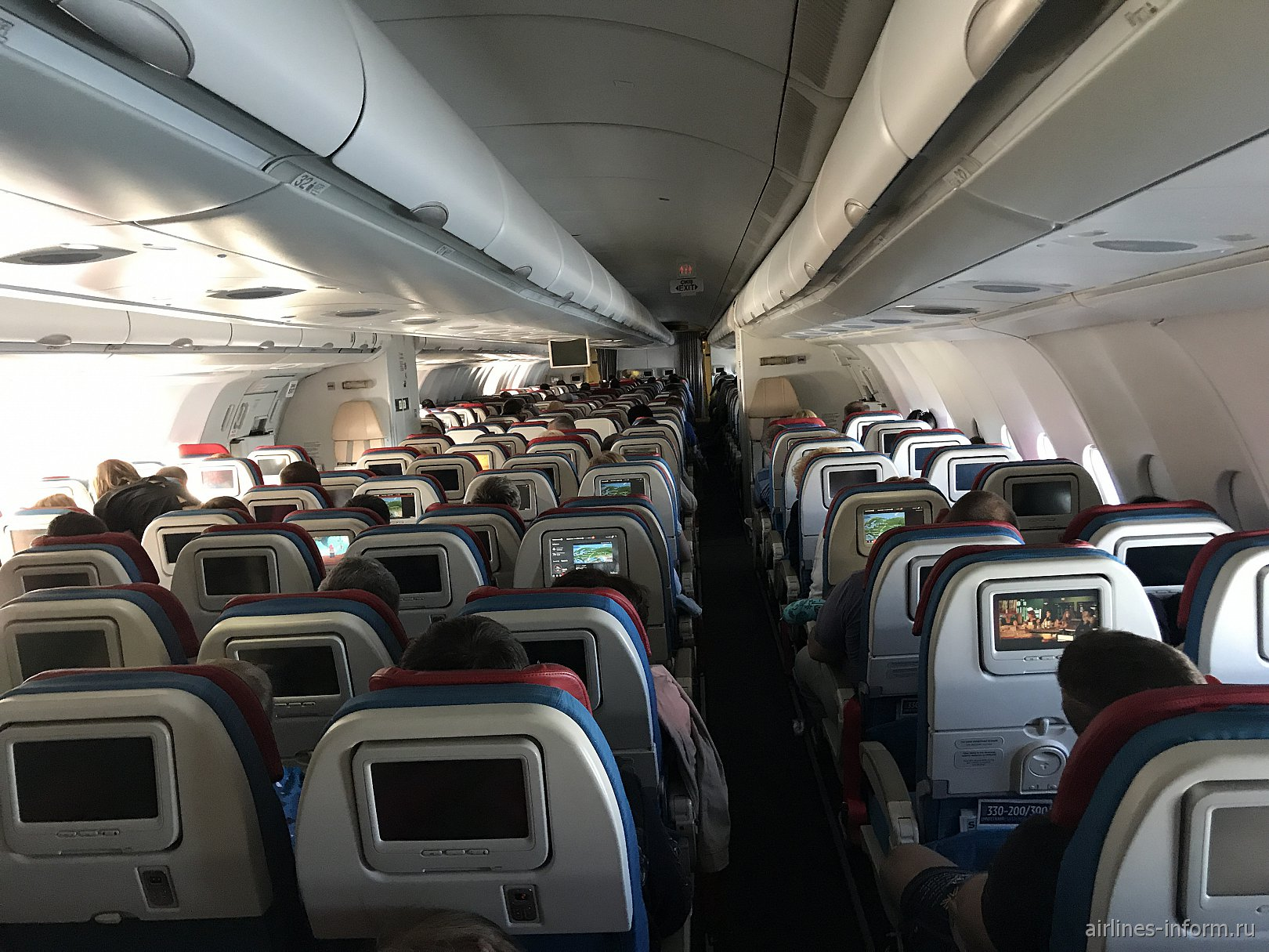 Салон эконом-класса в Airbus A330-200 Турецких авиалиний