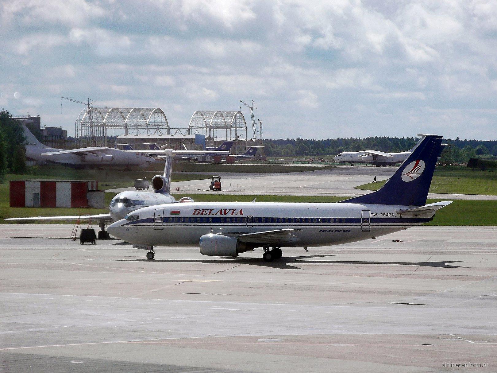 Боинг-737-500 EW-294PA авиакомпании Белавиа в аэропорту Минска