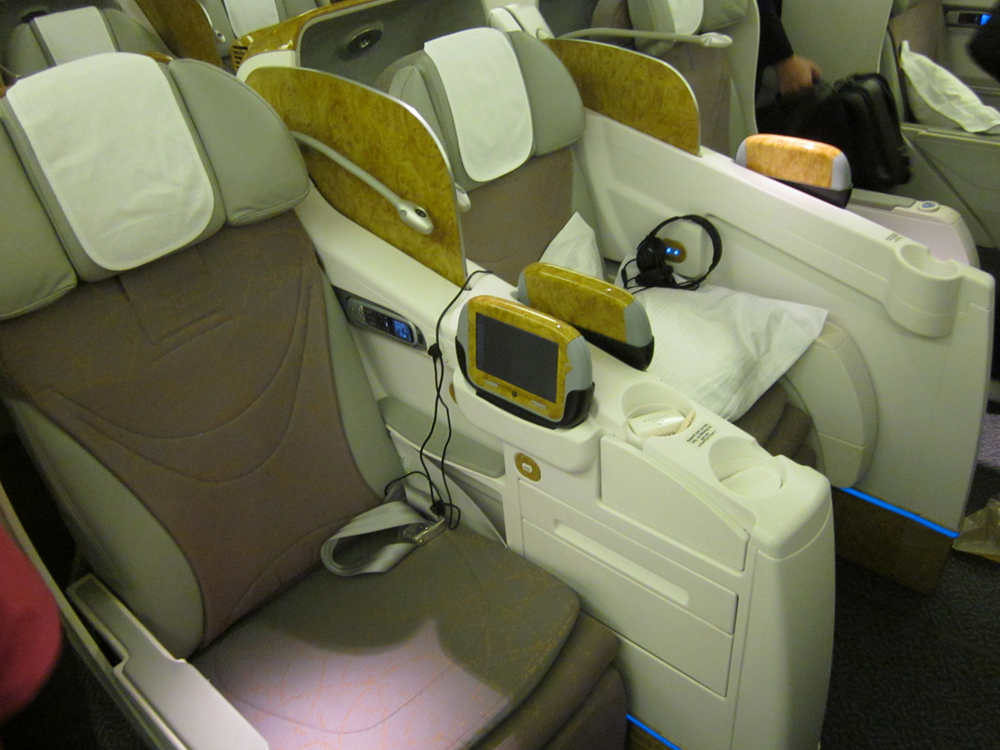Салон бизнес-класса самолета Боинг-777-300 авиакомпании Эмирейтс
