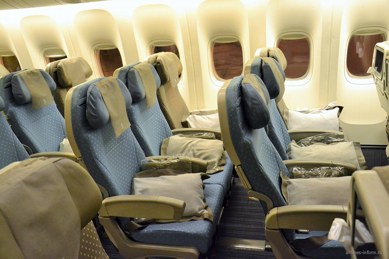 Кресла эконом-класса в Боинге-777-300 Сингапурских авиалиний