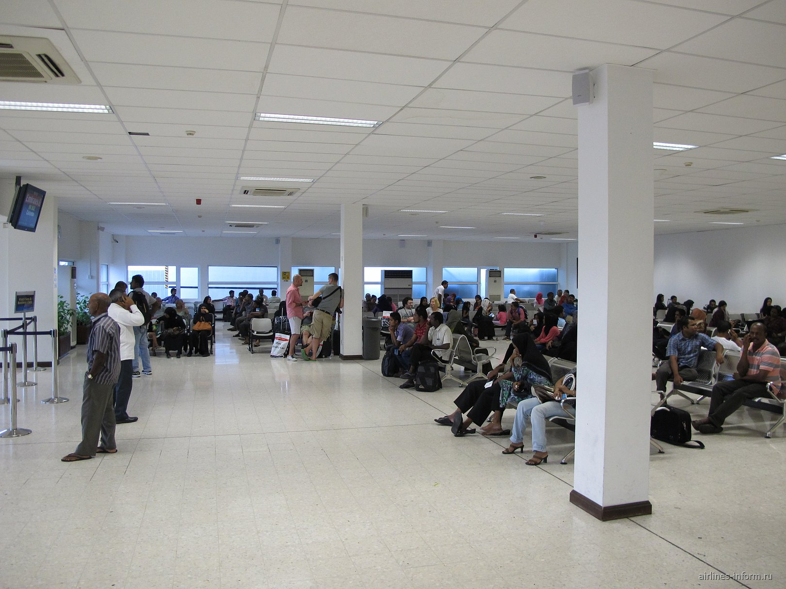 Зал ожидания у выхода на посадку в аэропорту Мале
