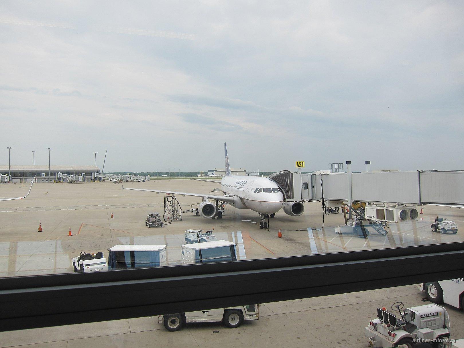 Airbus A319 авиакомпании United в аэропорту Индианаполиса
