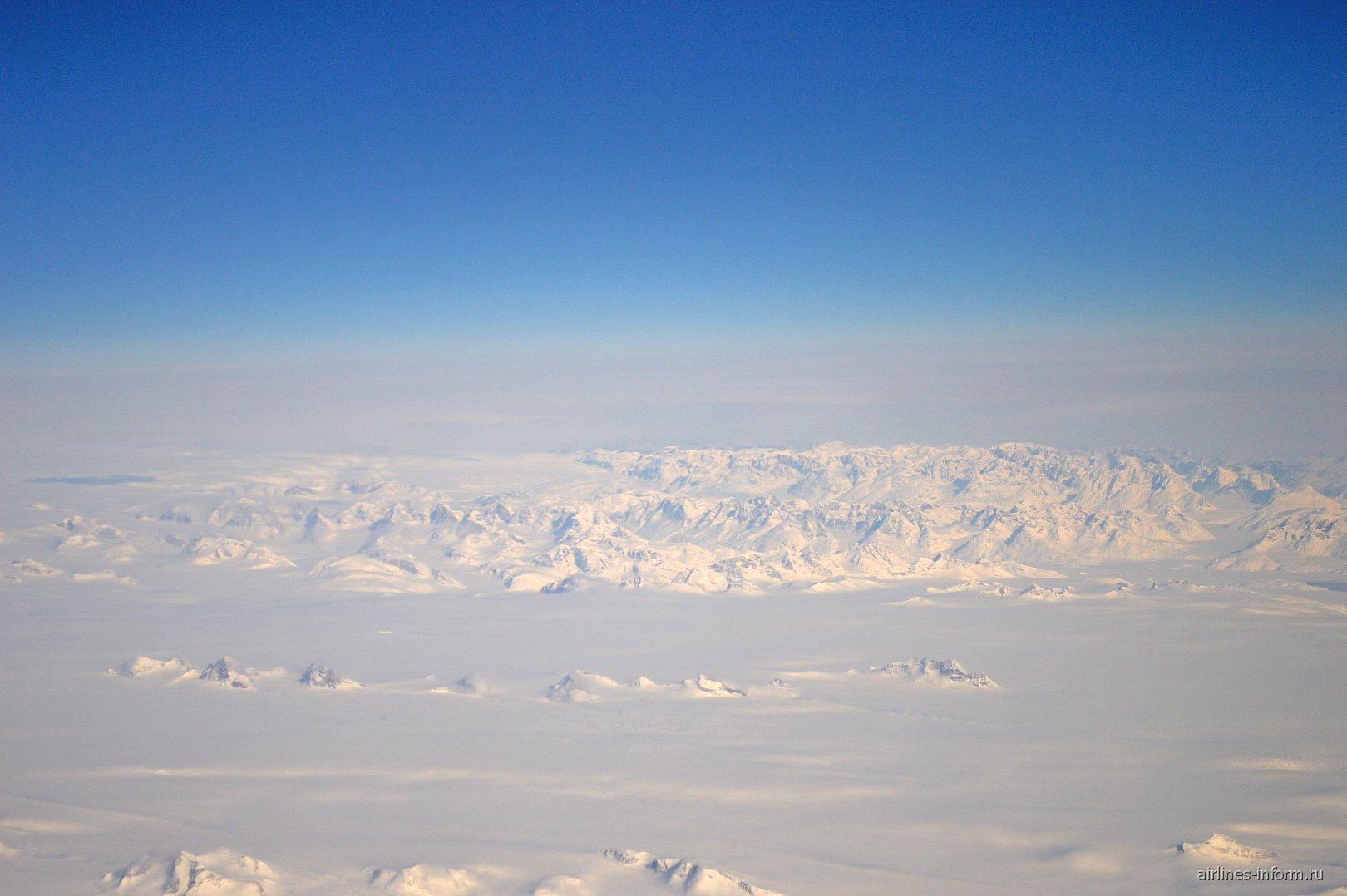 Снежные горы на севере Канады