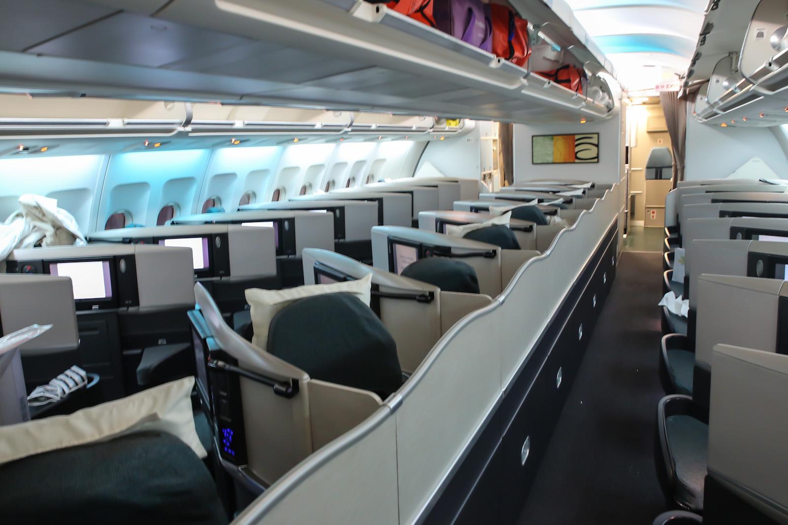 Салон бизнес-класса самолета Airbus A340-300 авиакомпании Cathay Pacific