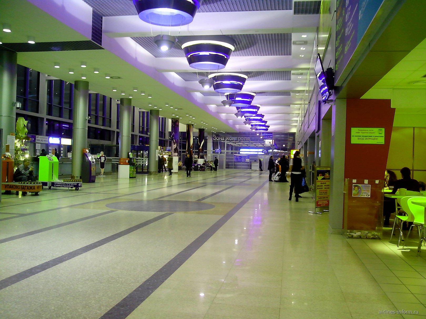 Первый этаж здания аэровокзала аэропорта Омск