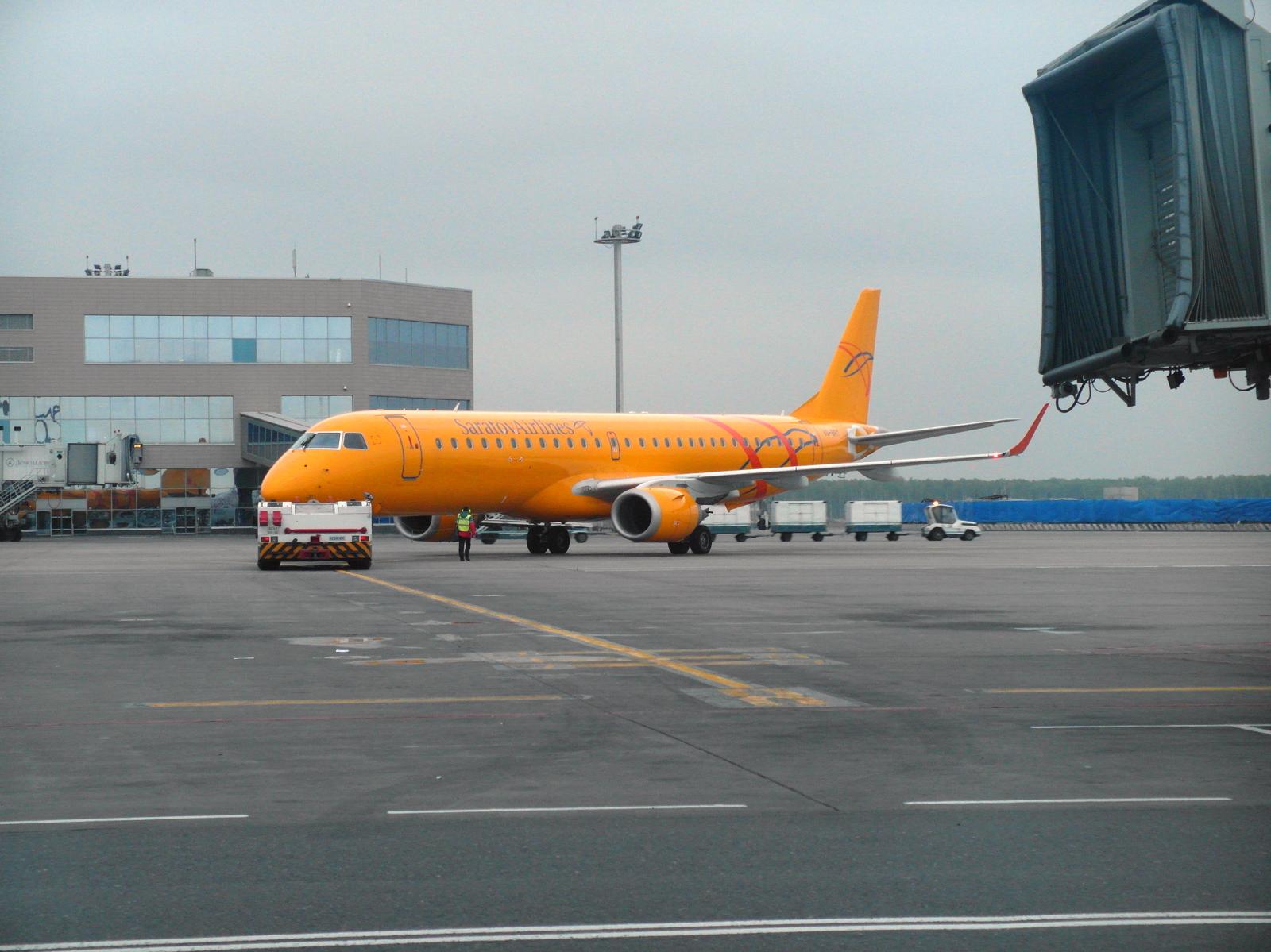 Буксировка самолета Embraer 195 Саратовских авиалиний в аэропорту Домодедово