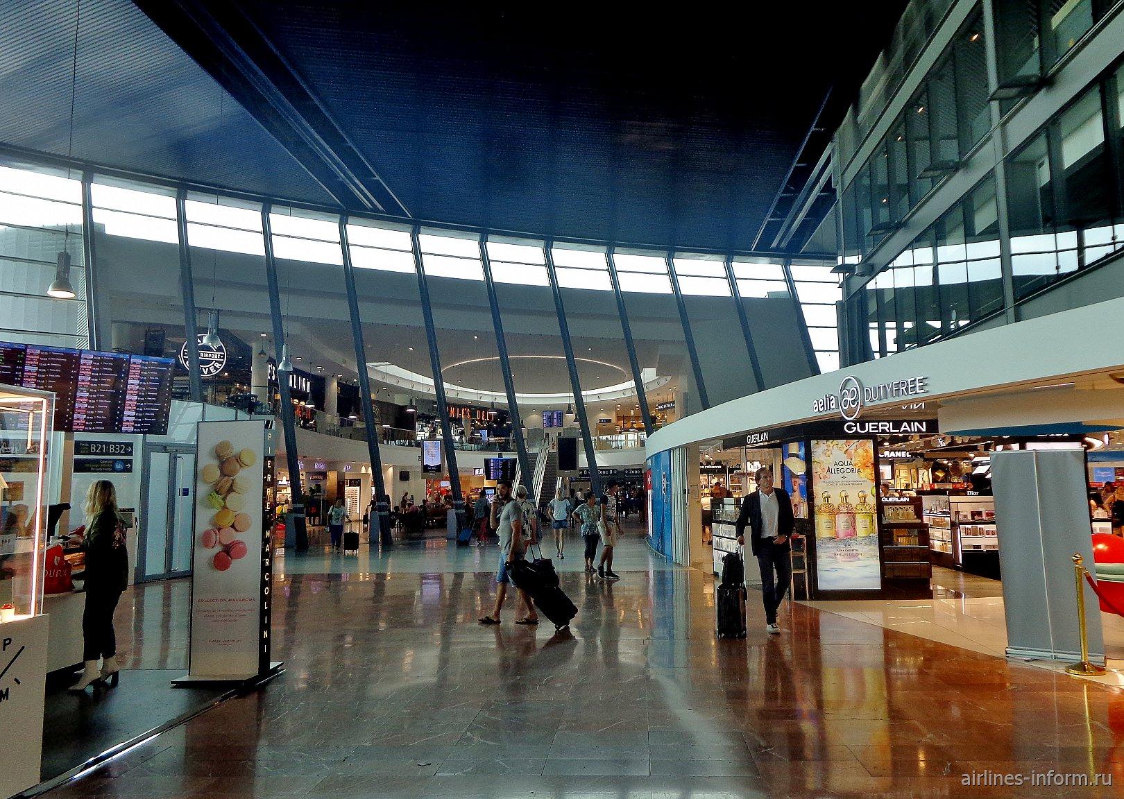 В чистой зоне Терминала 2 аэропорта Ницца Лазурный берег