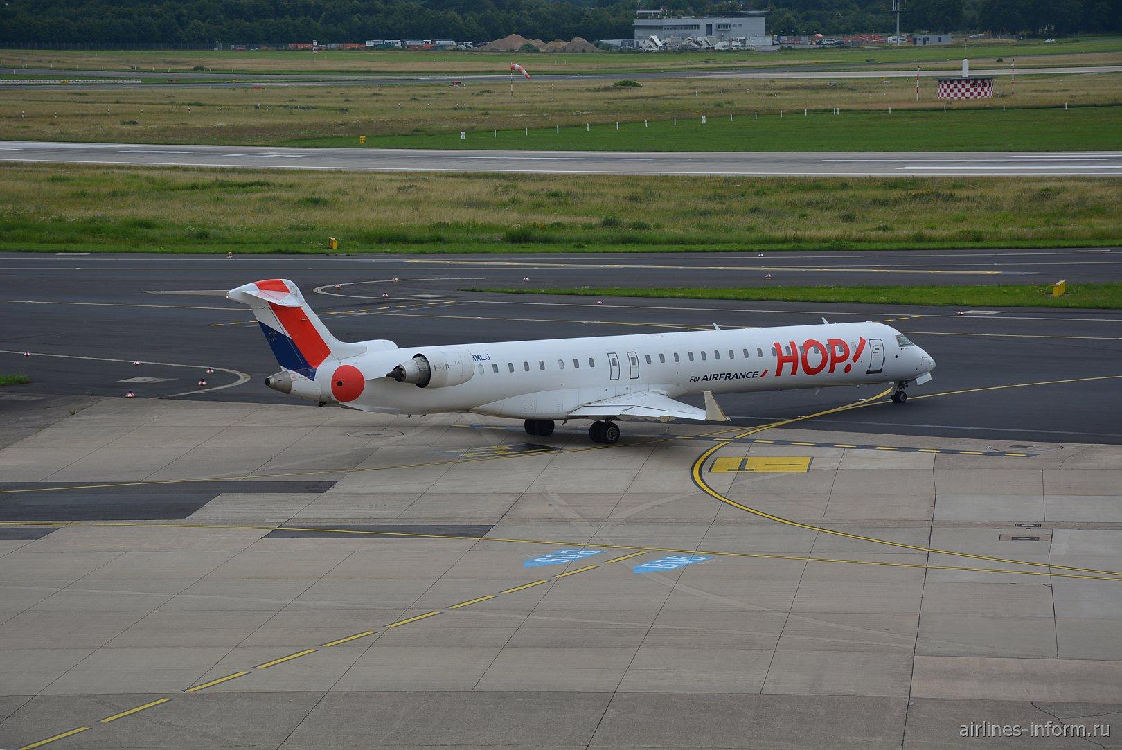 Самолет Bombardier CRJ-1000 авиакомпании HOP! в аэропорту Дюссельдорфа