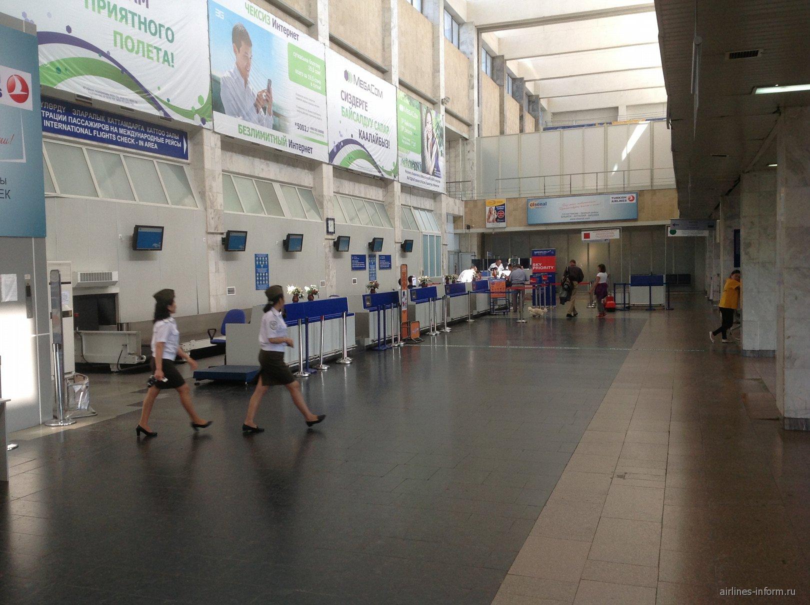 Зал регистрации на рейсы в аэропорту Манас в Бишкеке