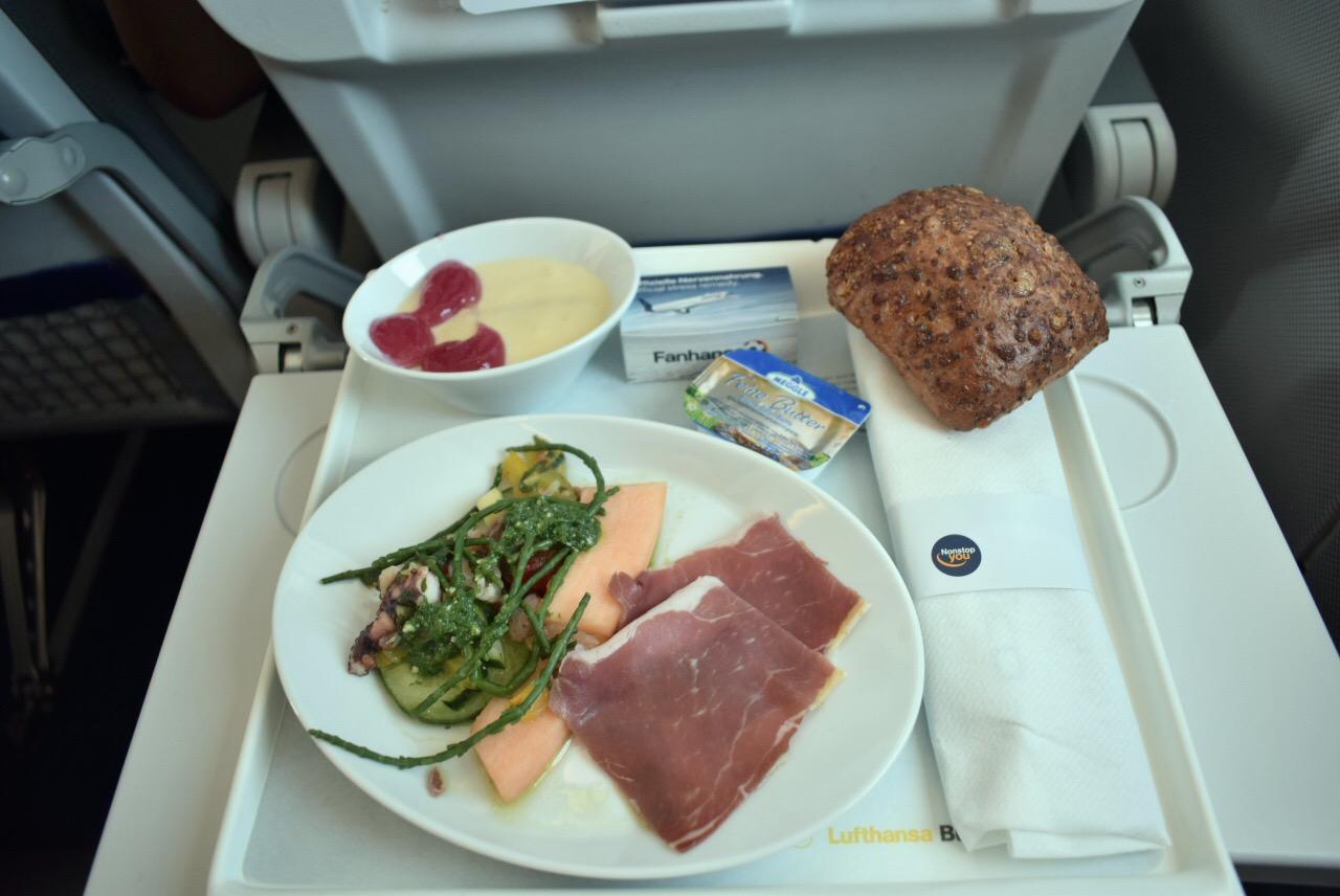 Бортпитание бизнес-класса на рейсе Франкфурт-Лондон авиакомпании Lufthansa