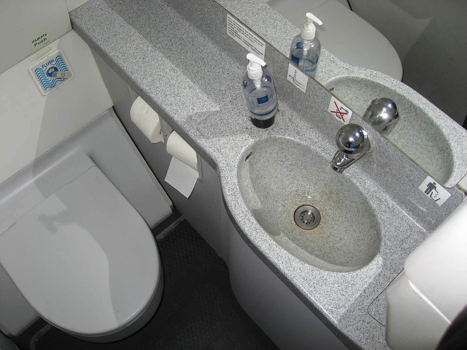 Туалет в самолете Airbus A320 авиакомпании Россия
