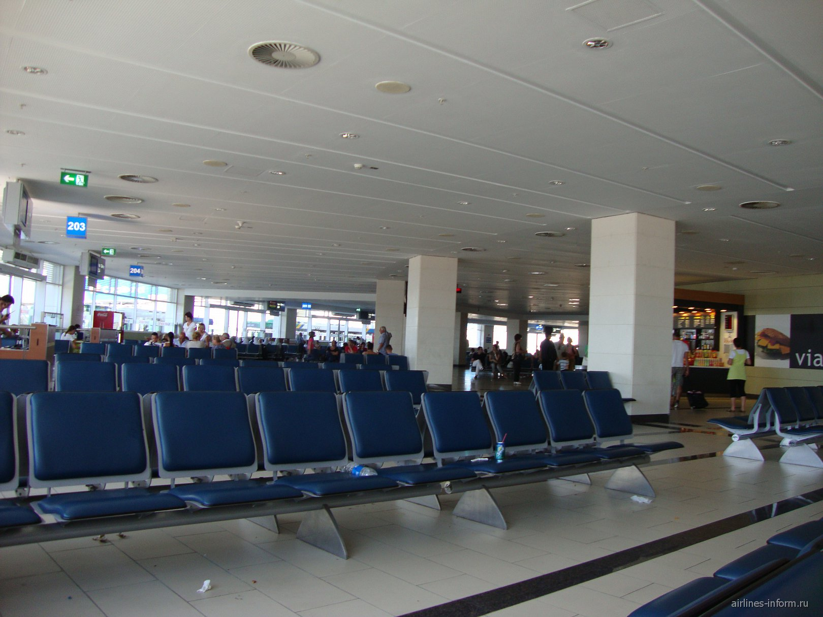 Зал ожидания в чистой зоне терминала 2 аэропорта Анталья