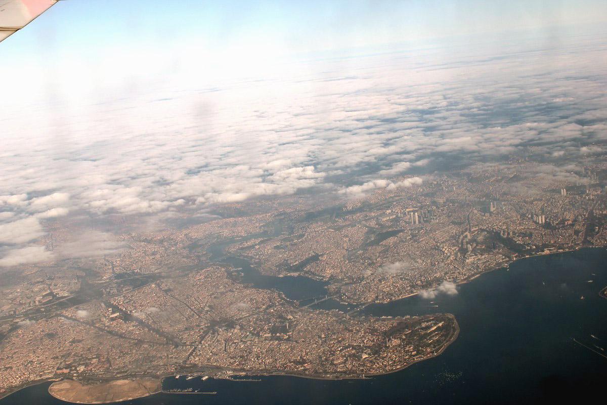 Вид из самолета на центр Стамбула и бухту Золотой рог