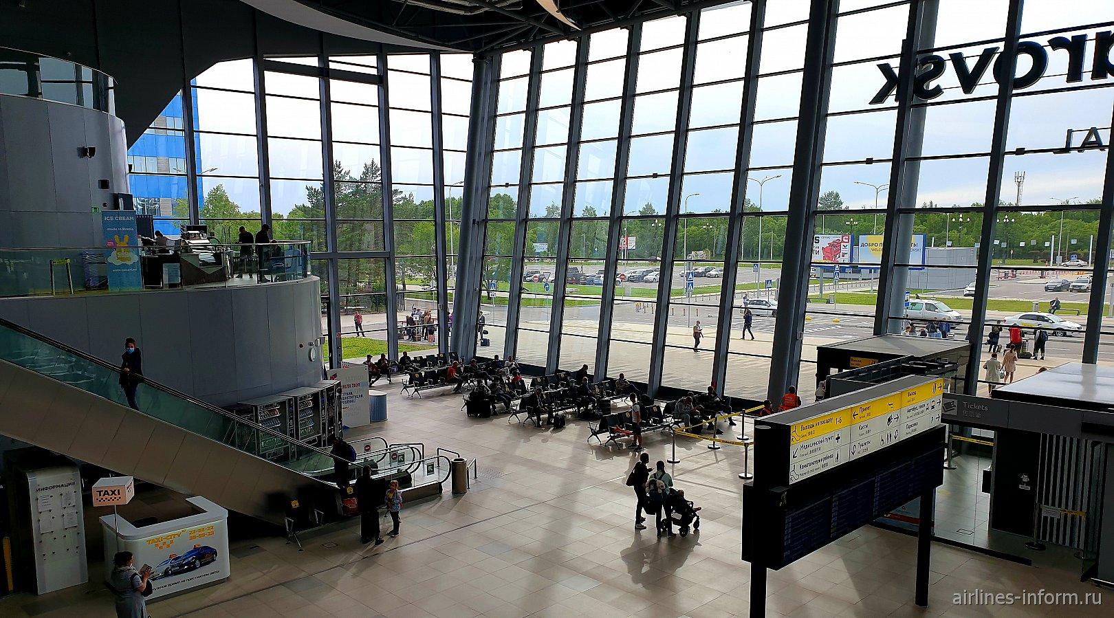 Зал ожидания на 1-м этаже нового терминала аэропорта Хабаровска