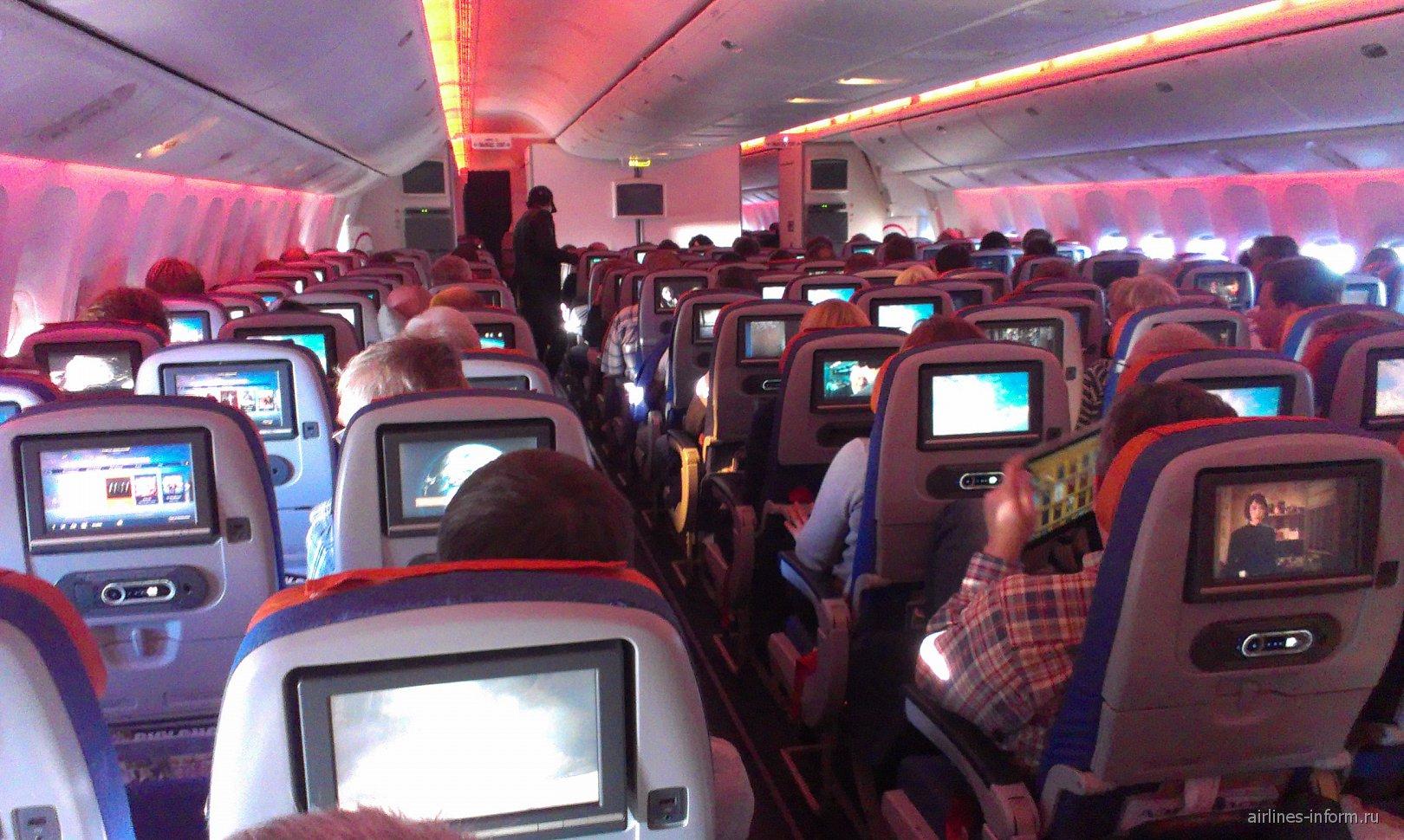 Салон эконом-класса в самолете Боинг-777-300 Аэрофлота