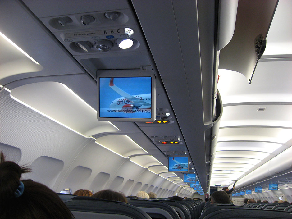 Мониторы системы развлечений в самолете Airbus A320 авиакомпании Air Berlin