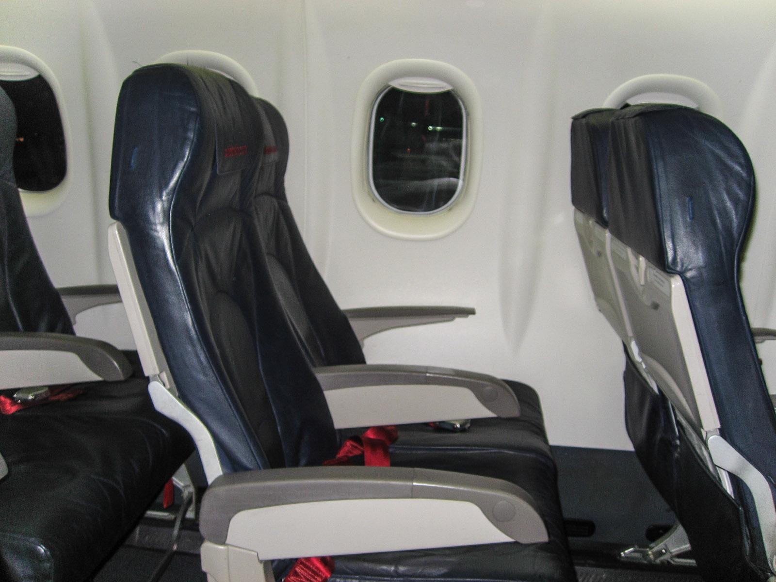 Пассажирские кресла в самолете Bombardier Dash 8Q-400 авиакомпании LGW/airberlin