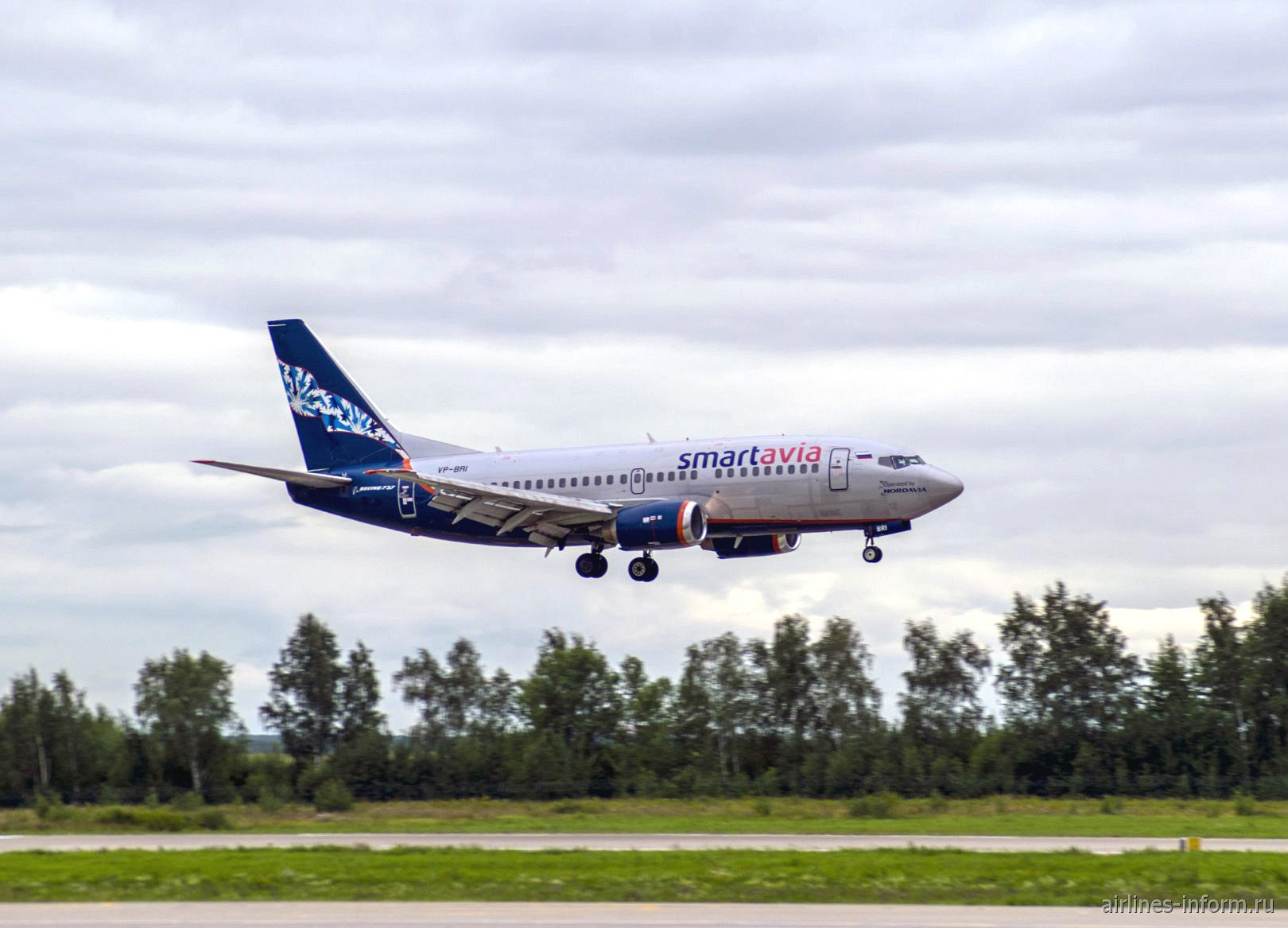 Боинг-737-500 авиакомпании SmartAvia перед посадкой в аэропорту Домодедово