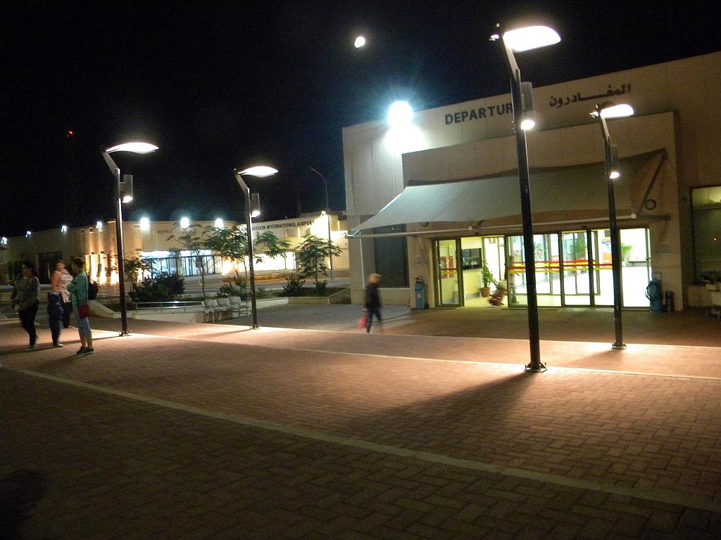 У входа в аэровокзал аэропорта Акаба имени Короля Хусейна