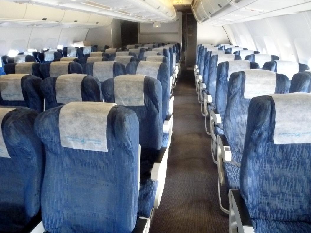 Салон эконом-класса в самолете Airbus A310 Узбекских авиалиний
