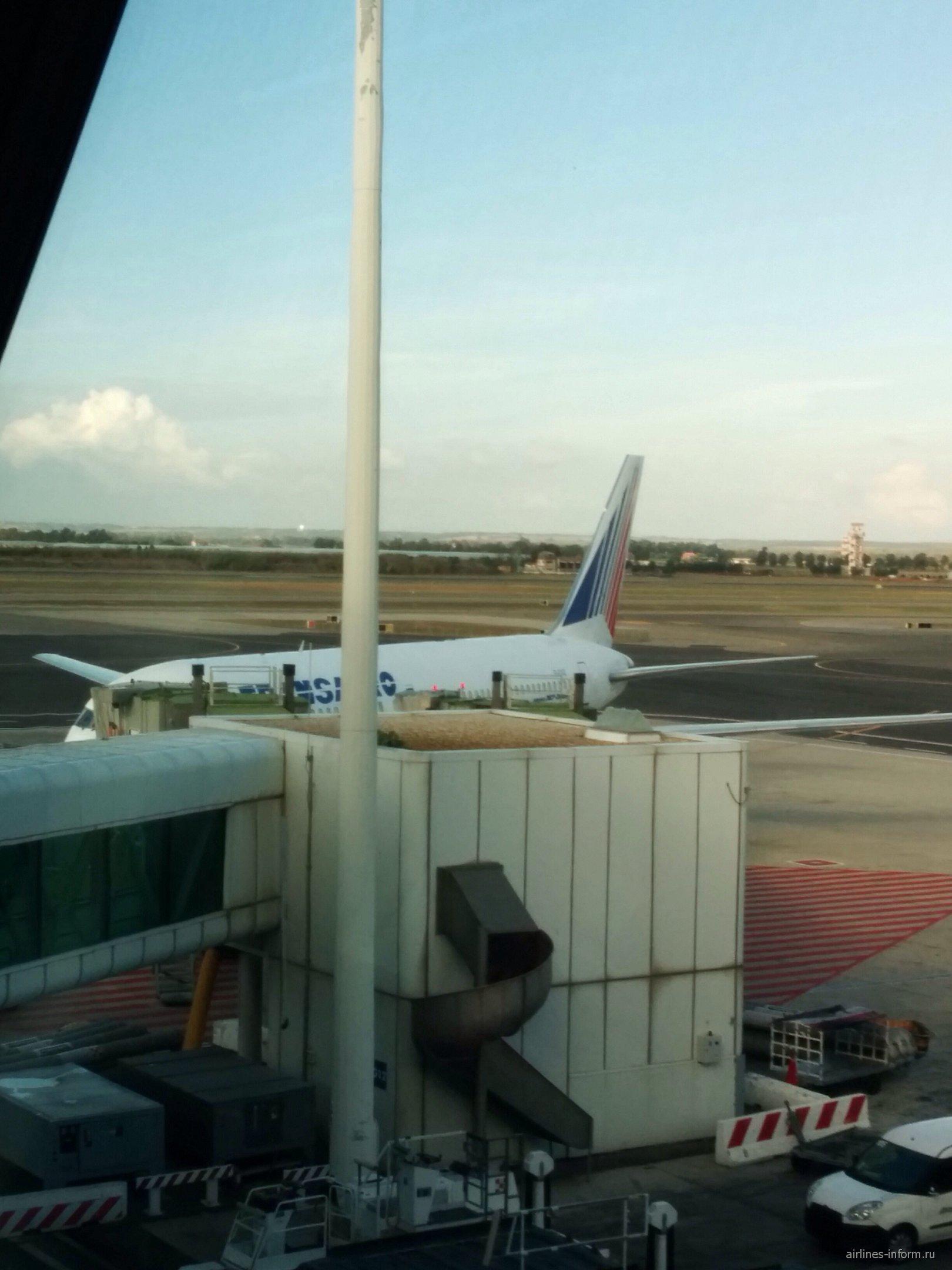 А вот и наш самолет.Бортовой номер EI-CXZ,самолету 23 года.
