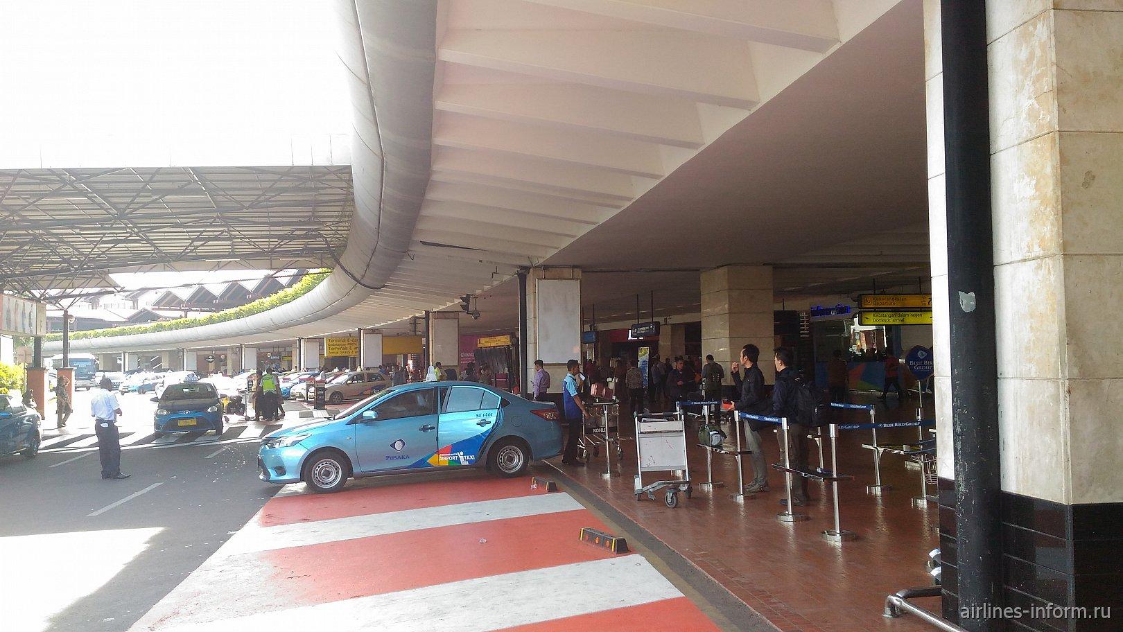 Стоянки такси в зоне прилета аэропорта Джакарта Сукарно-Хатта