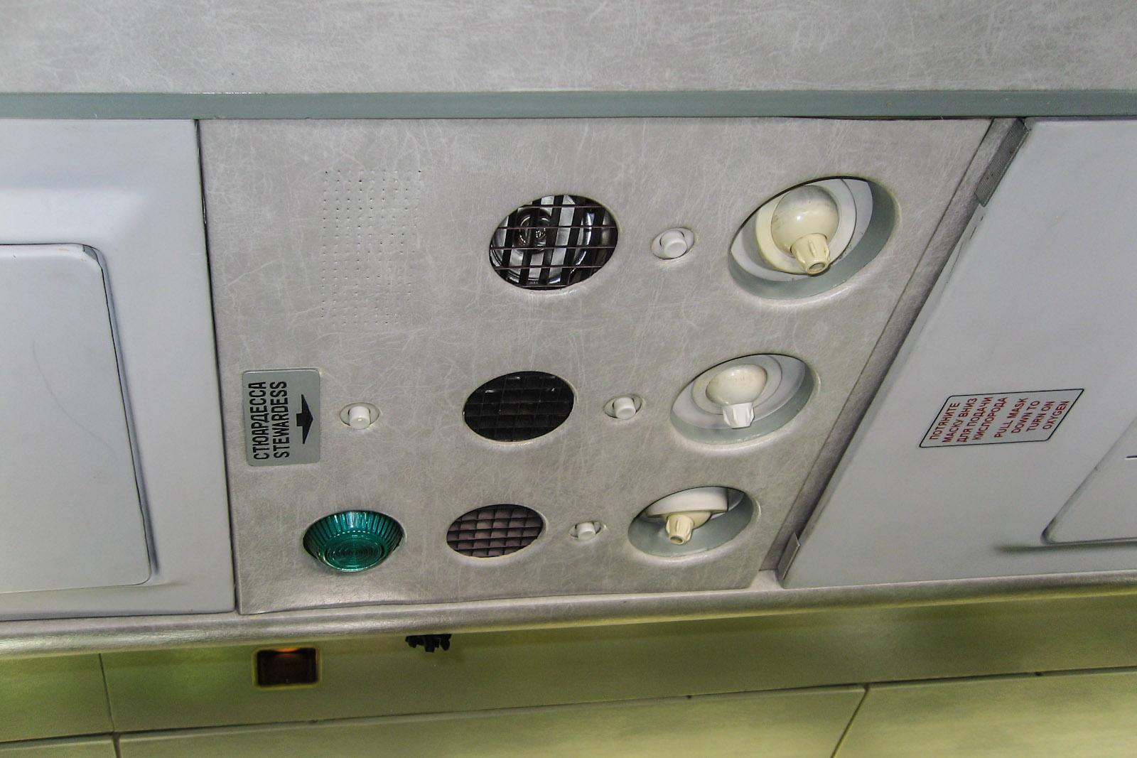 Панель над пассажирским креслом в самолете Ту-154М