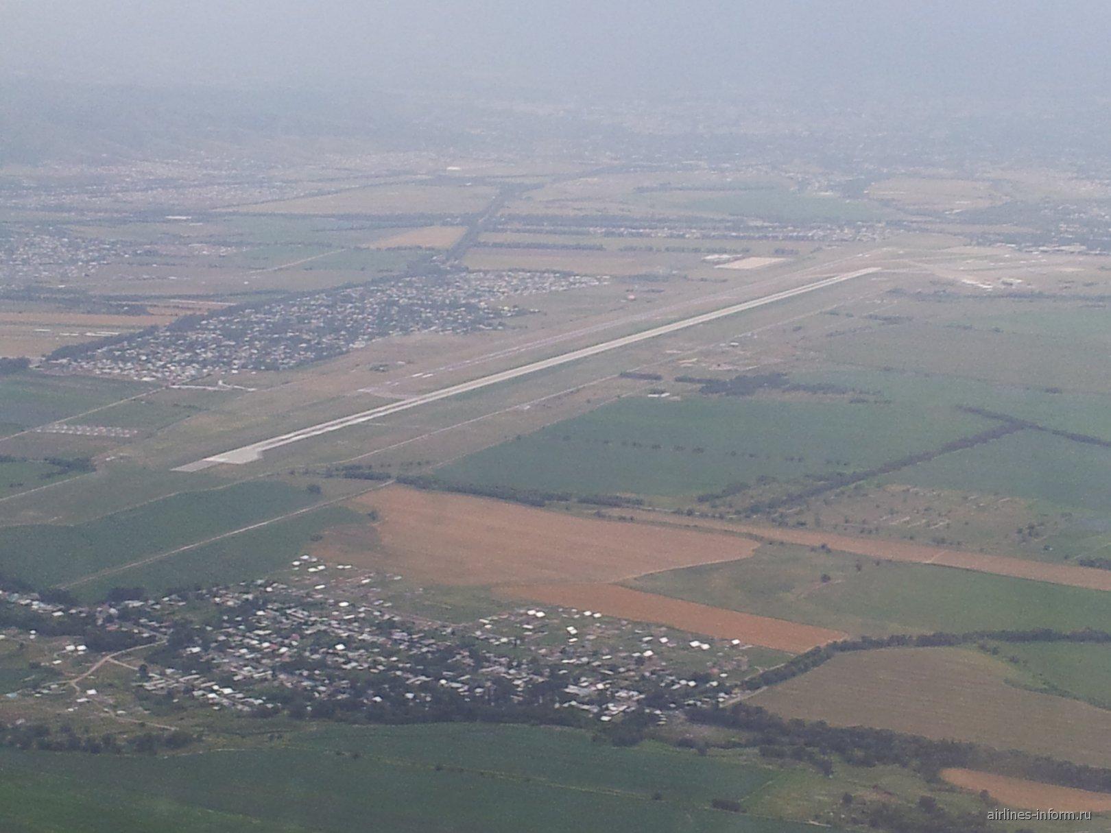 Взлетная полоса аэропорта Алматы