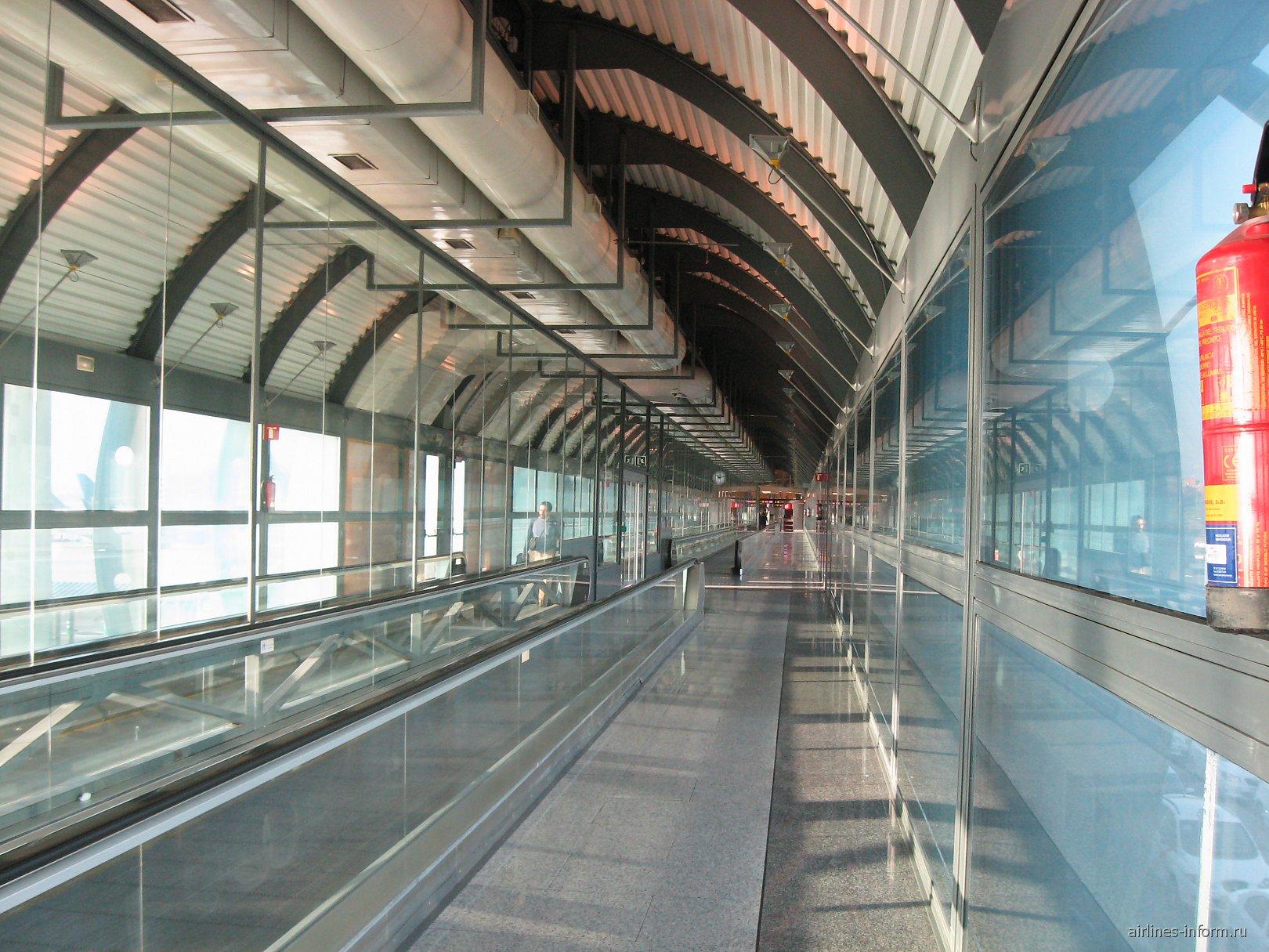 Переход к зоне вылетов А терминала 1 аэропорта Мадрид Барахас