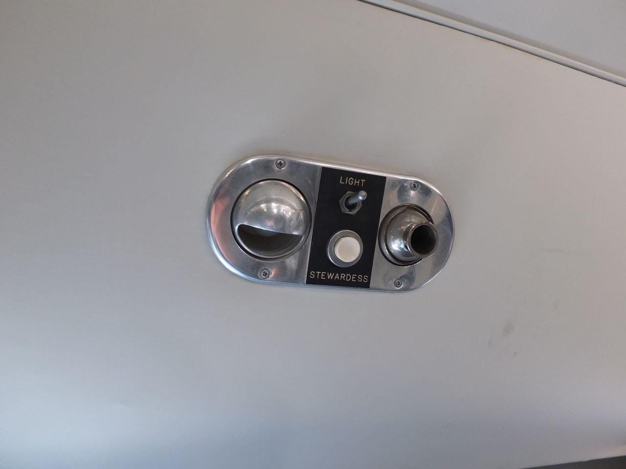 Индвидуальные лампочка и вентилятор в самолете Douglas DC-3 Finnish Airlines