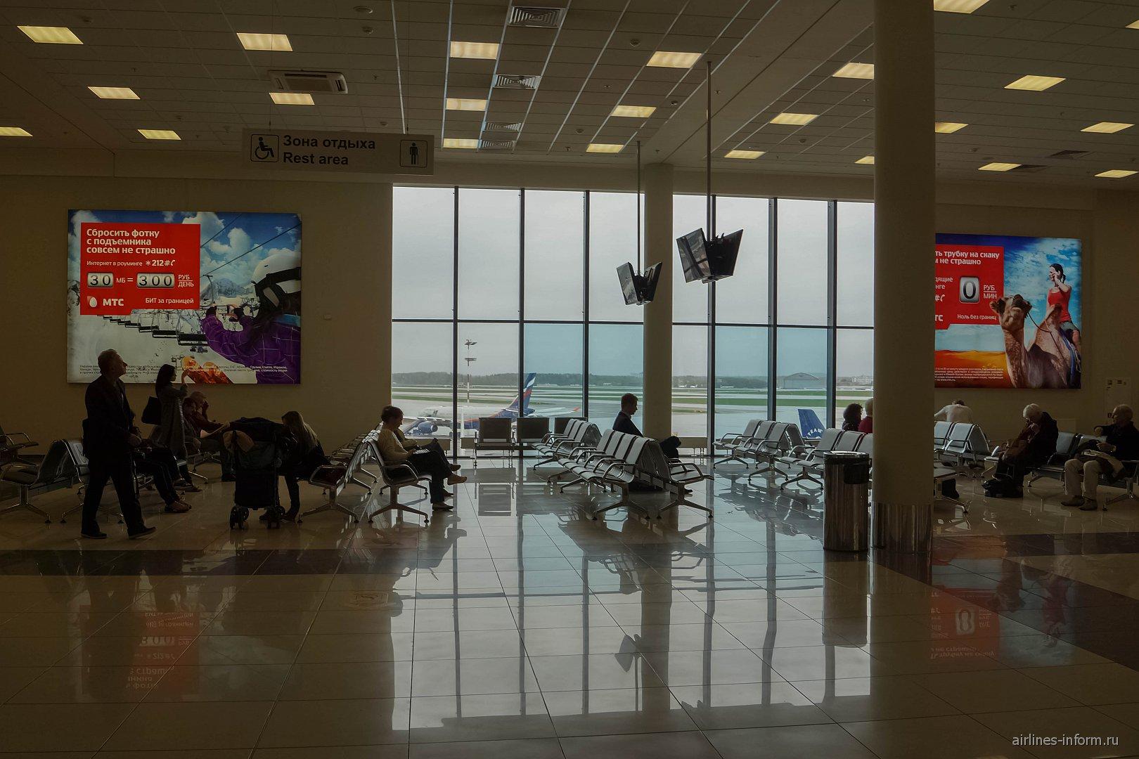 Места для ожидания вылета в чистой зоне терминала Е аэропорта Шереметьево
