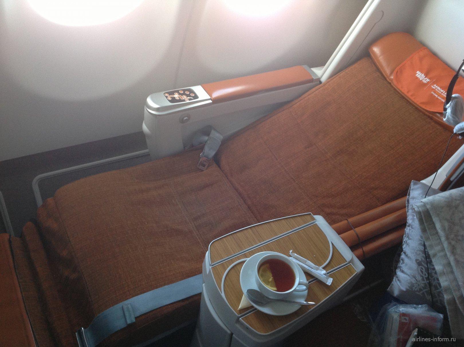 Кресло-кровать в бизнес-классе самолета Airbus A330-200 Аэрофлота