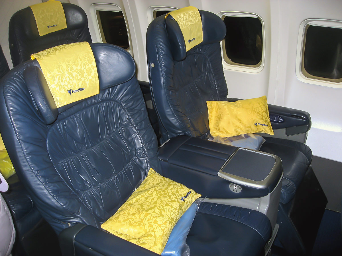 Салон бизнес-класса в самолете Боинг-737-800 авиакомпании НордСтар