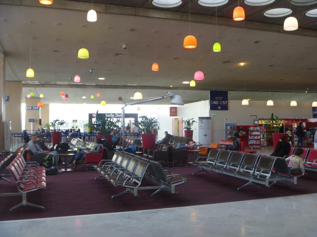 Зал ожидания в чистой зоне терминала 2D аэропорта Париж Шарль-де-Голль