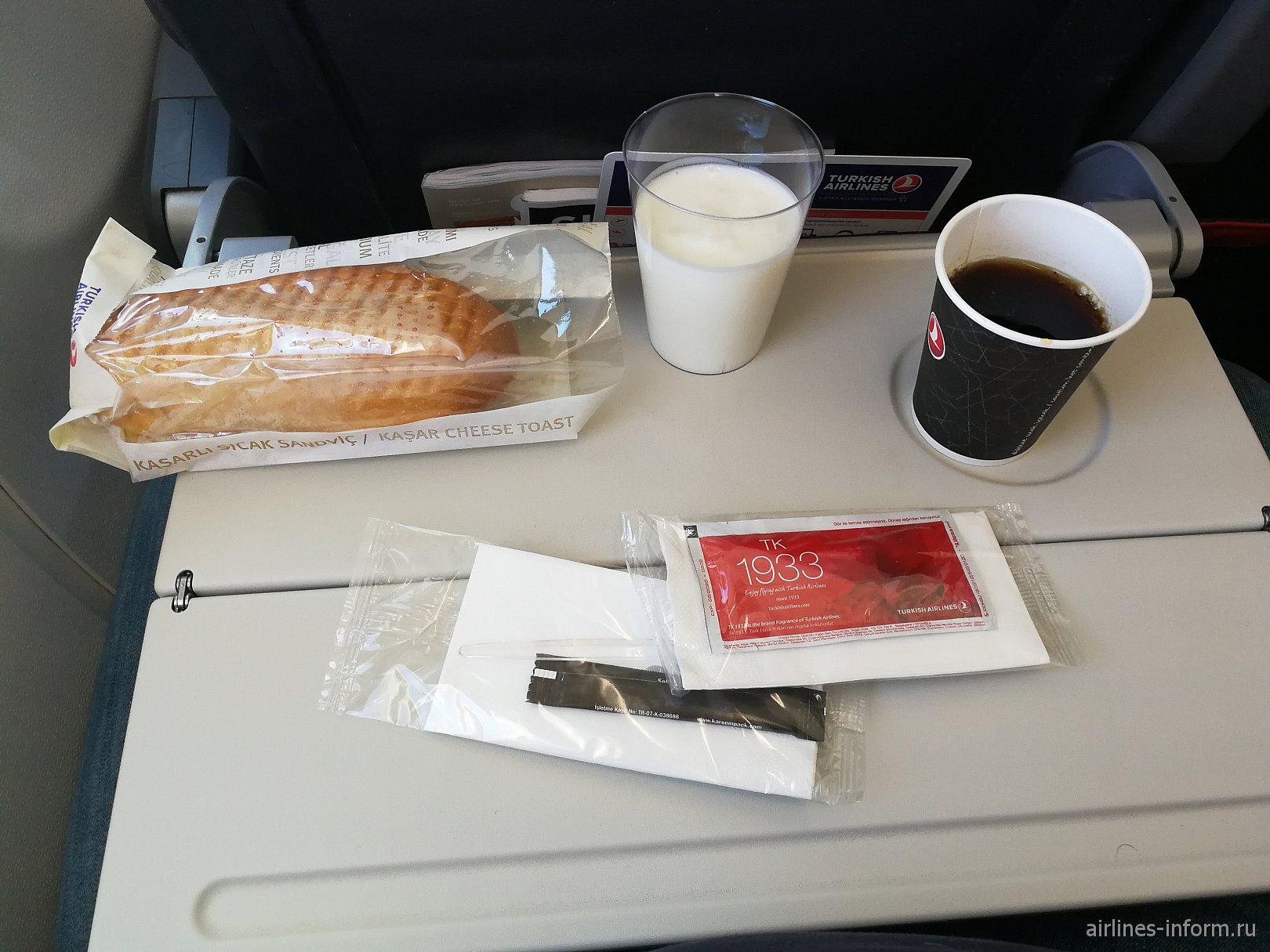 Бортовое питание эконом-класса на рейсе Стамбул-Анталья Турецких авиалиний