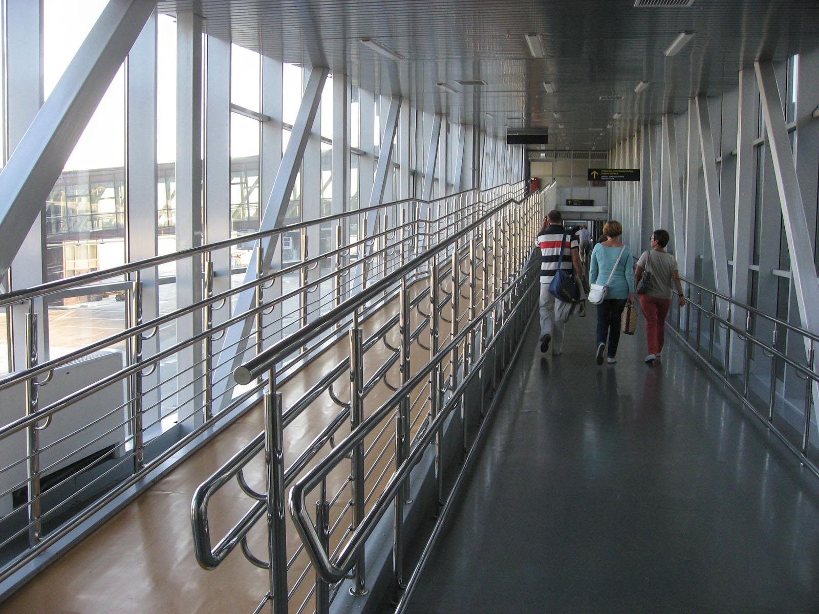 Переход в аэропорту Сочи