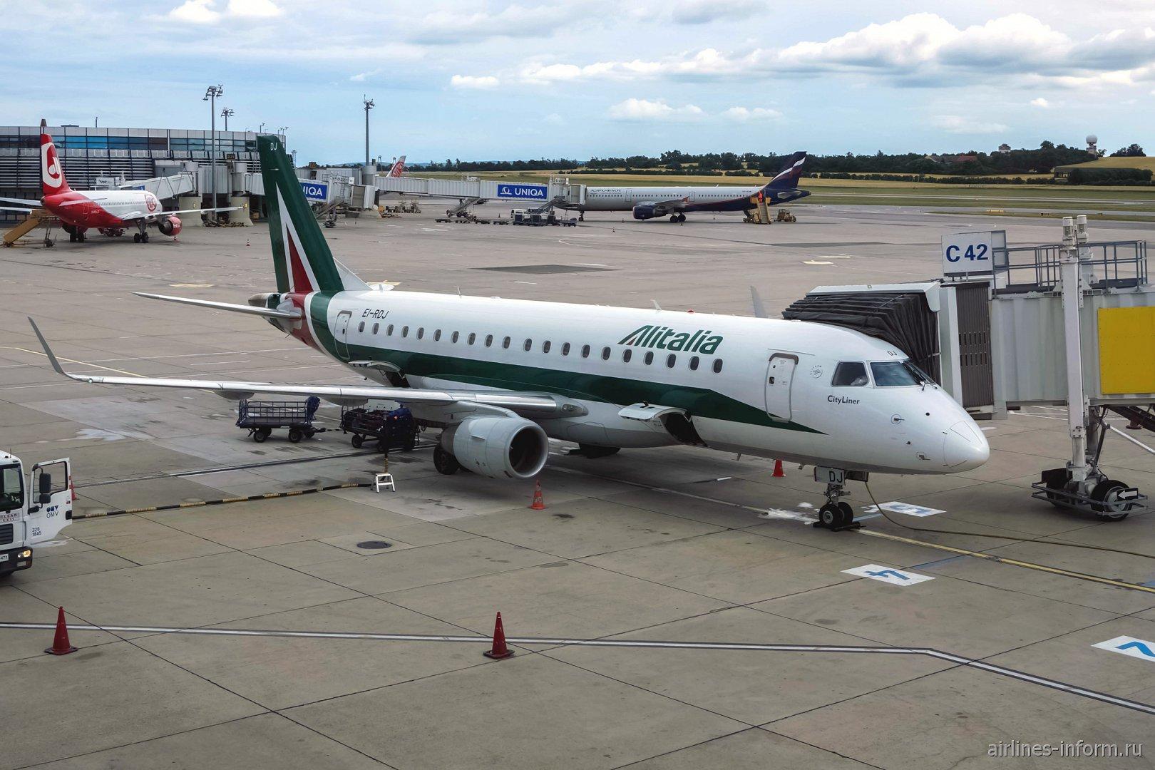 Embraer 175 EI-ROJ авиакомпании Alitalia в аэропорту Вены